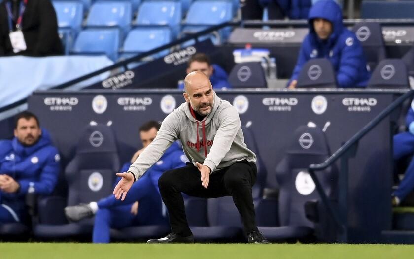 El técnico del Manchester City Pep Guardiola gesticula durante el partido contra Chelsea por la Liga Premier.