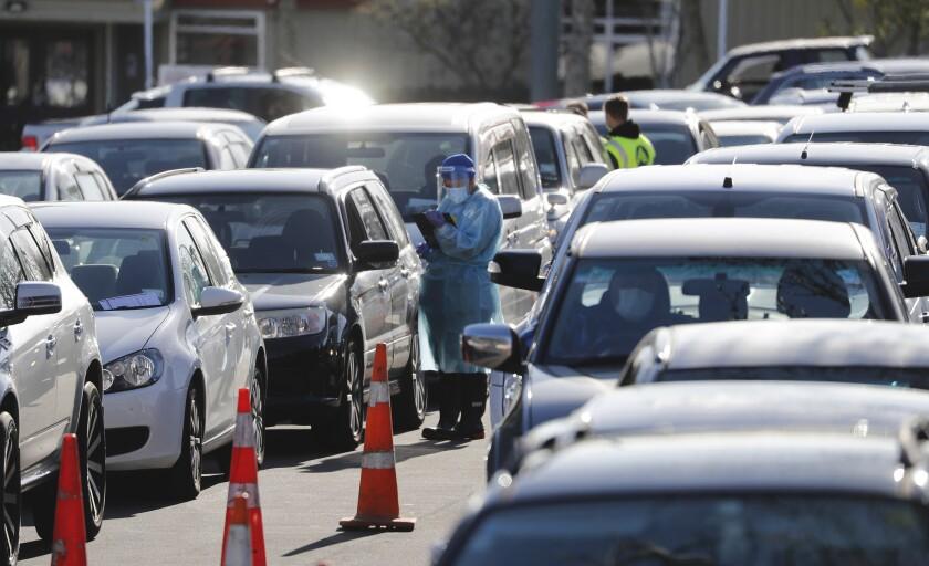 Autos hacen fila en un centro donde se realizan pruebas de COVID-19 en Auckland, Nueva Zelanda