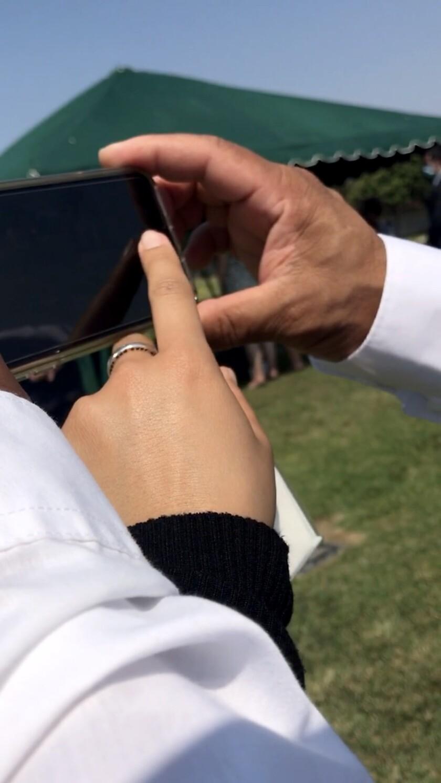 Jessica Gabriela Ramirez giúp cha chụp ảnh đám tang người thân.
