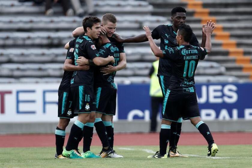 El jugador Julio Furch (c) de Santos Laguna celebra con sus compañeros luego de anotar un gol. EFE/Archivo