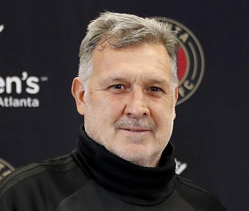 """En imagen de archivo del 15 de febrero de 2018, el técnico argentino Gerardo """"Tata"""" Martino, del United de Atlanta de la MLS, posa durante una conferencia de prensa en Marietta, Georgia."""