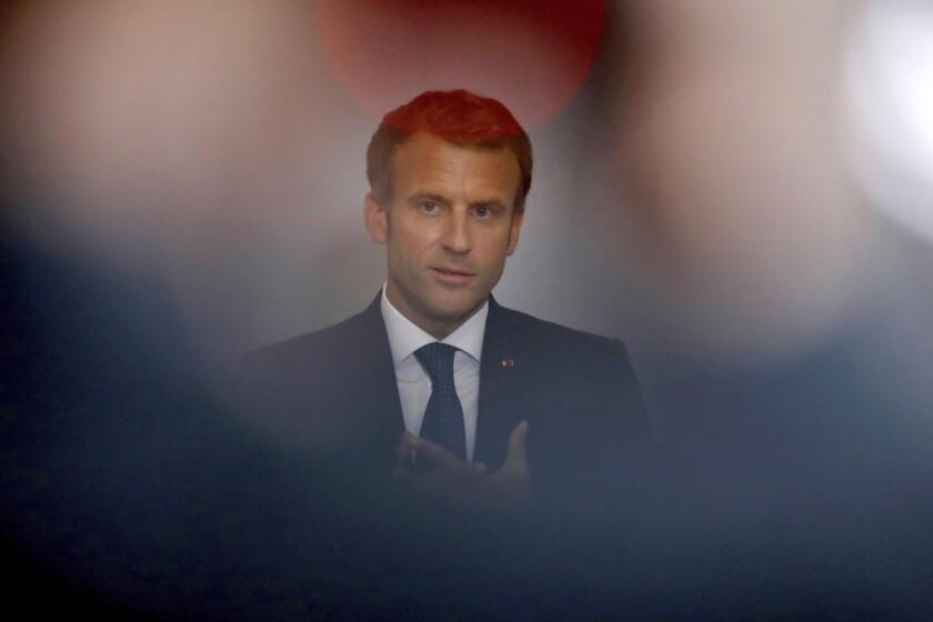 El presidente francés Emmanuel Macron pronuncia el discurso de clausura de la convención nacional sobre salud mental y psiquiatría en el Ministerio de Solidaridad y Salud en París, el martes 28 de septiembre de 2021. Las consultas de psicología en Francia serán financiadas por el gobierno a partir del próximo año, anunció el presidente el martes, en medio de una creciente conciencia de la importancia de la salud mental. (Gonzalo Fuentes/Pool Foto vía AP)