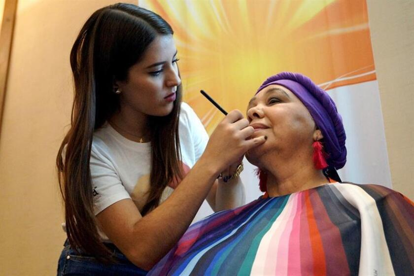 La activista Carolina (i) maquilla a la fundadora de la consultoría en oncoimagen en México Claudia García Peña (d), el este 23 de noviembre de 2018, en la ciudad de Guadalajara, en el estado de Jalisco (México). EFE
