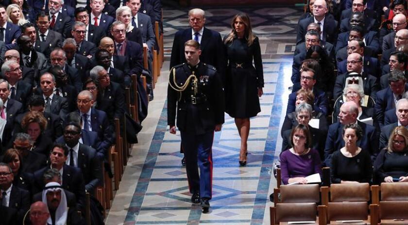 El presidente estadounidense, Donald J. Trump (i), y su mujer y primera dama estadounidense, Melania Trump, a su llegada al funeral del expresidente estadounidense George H. W. Bush, en Washington DC (Estados Unidos), hoy, 5 de diciembre de 2018. EFE