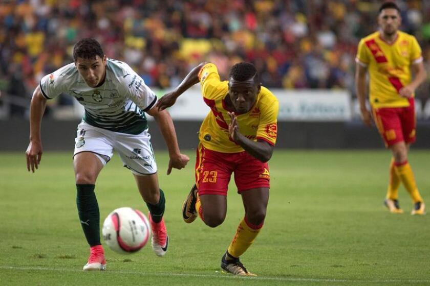 El jugador de Morelia Jefferson Cuero (d) disputa un balón frente a Jorge Sánchez (i) de Santos. EFE/ARCHIVO