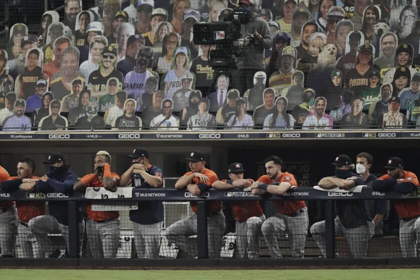 Los Astros de Houston observan desde el dugout la octava entrada del séptimo juego de la Serie de Campeonato