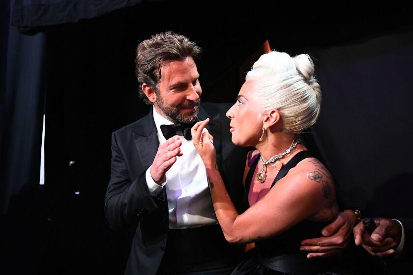 La cantante Lady Gaga y el actor Bradley Cooper en el 'backstage' de los Oscar.