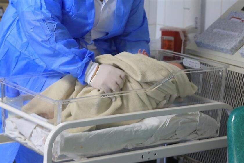 La revista médica The Lancet ha publicado una investigación llevada a cabo en un hospital de Brasil sobre el primer bebé nacido en un útero trasplantado a partir de una donante fallecida, que podría aumentar las opciones de concebir para las mujeres con problemas de fertilidad uterina. EFE/Archivo
