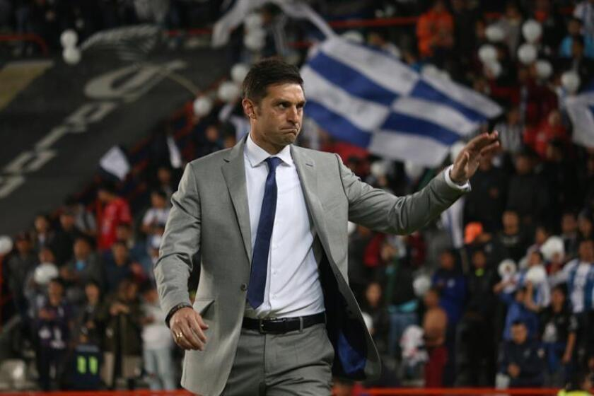Seis sudamericanos, entre ellos el uruguayo Diego Alonso (imagen), entrenador del Pachuca, recibieron un castigo de suspensión en el torneo Clausura 2018 del fútbol mexicano, luego de mostrar actitudes violentas o antideportivas el fin de semana. EFE/ARCHIVO
