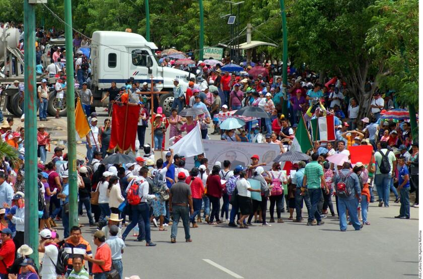 En solidaridad con los maestros de Oaxaca, profesores de Chiapas bloquearon vías y el acceso a instalaciones de Pemex y una refresquera.