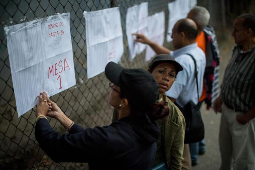 People check announcements at a polling place in the councilors elections in Caracas, Venezuela, 09 December 2018. EFE-EPA/Miguel Gutierrez