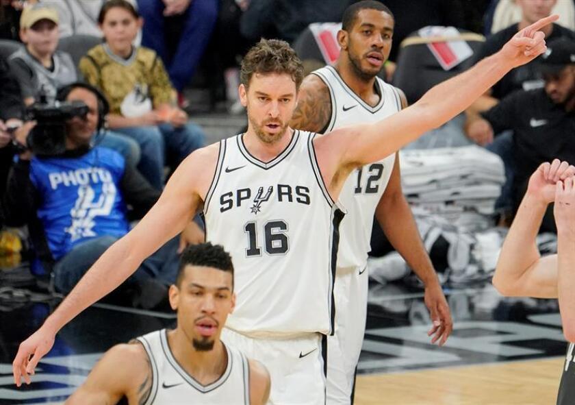 Pau Gasol (c), pívot español de los Spurs de San Antonio, fue registrado este lunes, durante un partido de la NBA contra los Nets de Brooklyn, en el AT&T Centre de San Antonio (Texas, EE.UU.). EFE