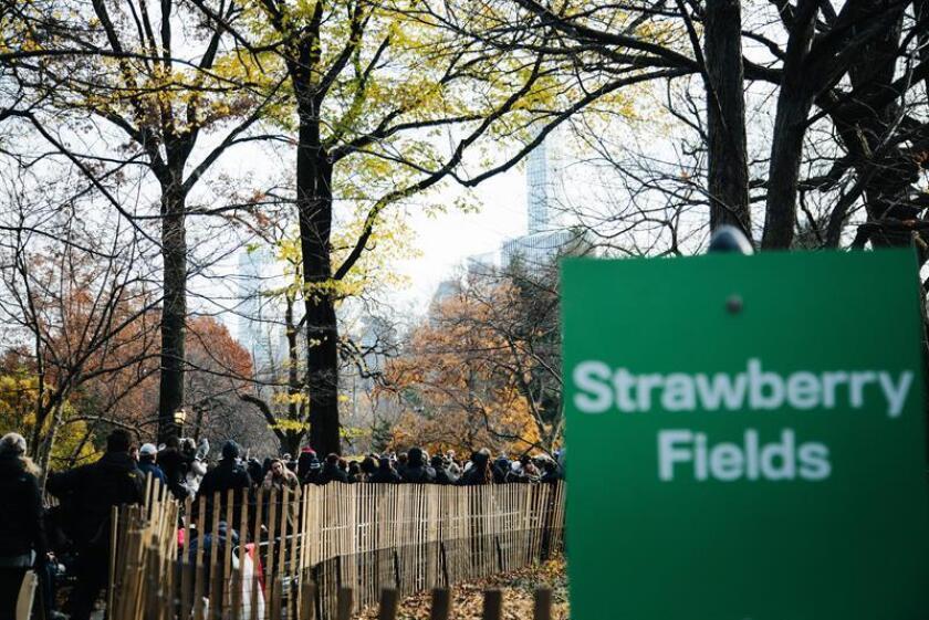 """Los niños del Colegio Público 22, rodeados de medios y curiosos, entonaron acompañados de una guitarra acústica la letra del himno a la paz y la unidad en """"Strawberry Fields"""", el jardín que conmemora la vida de Lennon y que se encuentra dentro del parque neoyorquino, visitado cada día por cientos de turistas. EFE/Archivo"""