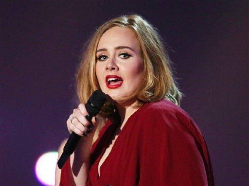 En esta foto del 24 de febrero del 2016 Adele canta en la ceremonia de los Brit Awards en Londres. Un fuerte resfriado llevó a la cantante británica Adele a posponer su concierto del miércoles 18 de agosto del 2016 en Phoenix.