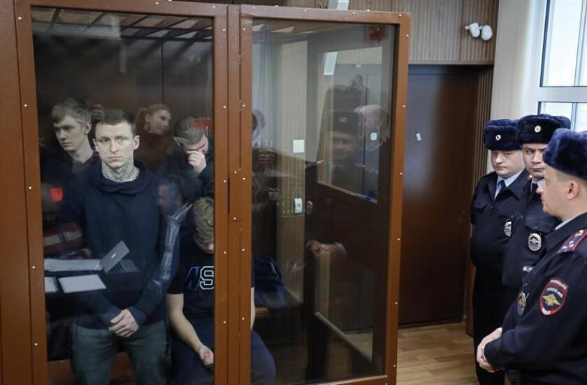 Los futbolistas rusos Pavel Mamáev (izq, delante) y Alexandr Kokorin (dcha, delante) comparecen ante el tribunal Tverskói de Moscú. EFE/Archivo