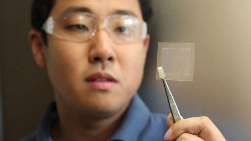 Es extremadamente delgado, flexible, mejor que el cobre como conductor de electricidad y 200 veces más fuerte que el acero.