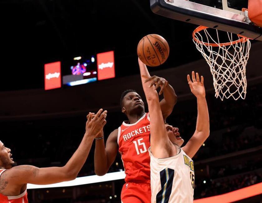 Nikola Jokic (d) de Denver Nuggets recibe una falta de Clint Capela (i) de Houston Rockets en el Pepsi Center en Denver, CO, EE.UU., 25 de febrero de 2018. EFE