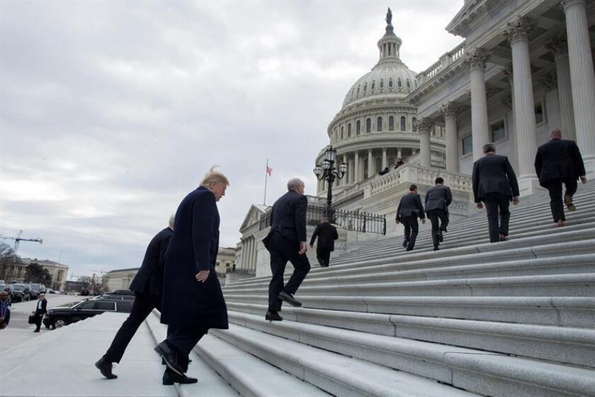 """El presidente estadounidense, Donald Trump (i), llega a un almuerzo con miembros del partido republicano en el Capitolio de Washington D.C (Estados Unidos), el 9 de enero de 2019. Trump mantiene """"sobre la mesa"""" la opción de declarar una emergencia nacional para construir el muro en la frontera con México. EFE/Archivo"""