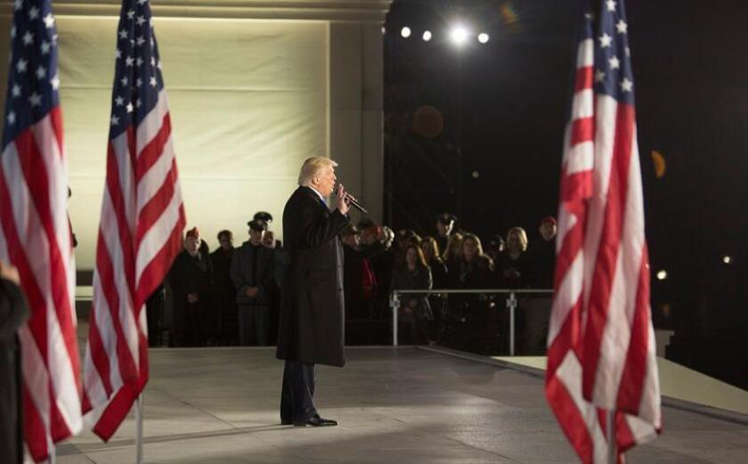 El presidente electo de EE.UU. Donald J. Trump (c) habla en la ceremonia de bienvenida 'Hacer Grande a América Otra Vez' hoy, jueves 19 de enero de 2017, en el monumento a Lincoln en Washington (EE.UU.). EFE/Chris Kleponis/ POOL