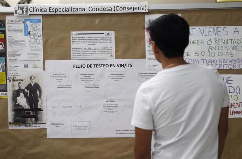 Fotografía fechada el 24 de agosto de 2017, que muestra una persona observando carteles de prevención en una clínica especializada para personas con VIH, en Ciudad de México (México). EFE/Archivo