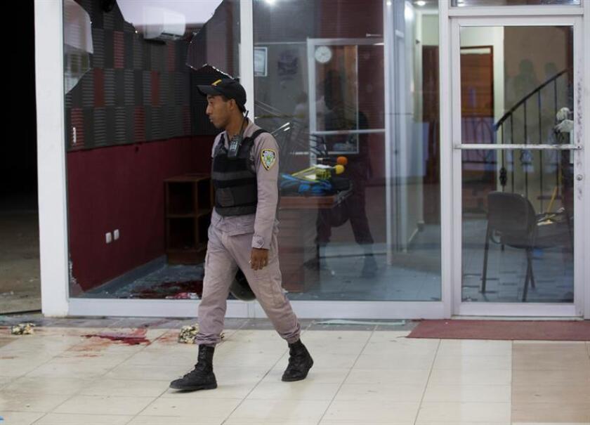 Miembros de la policía dominicana investigan las instalaciones de la radio-emisora FM 103.5 hoy, martes 14 de febrero de 2017, tras el asesinato de dos miembros del medio en San Pedro de Macorís (República Dominicana). EFE
