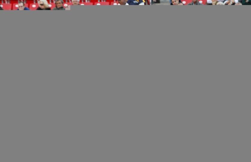 """El torero mexicano Diego Silveti lidia su primer toro de la tarde """"Malagueño"""" de 514 kg el 22 de enero 2017, durante la onceava corrida de la temporada grande en la Plaza de Toros México (México). EFE"""