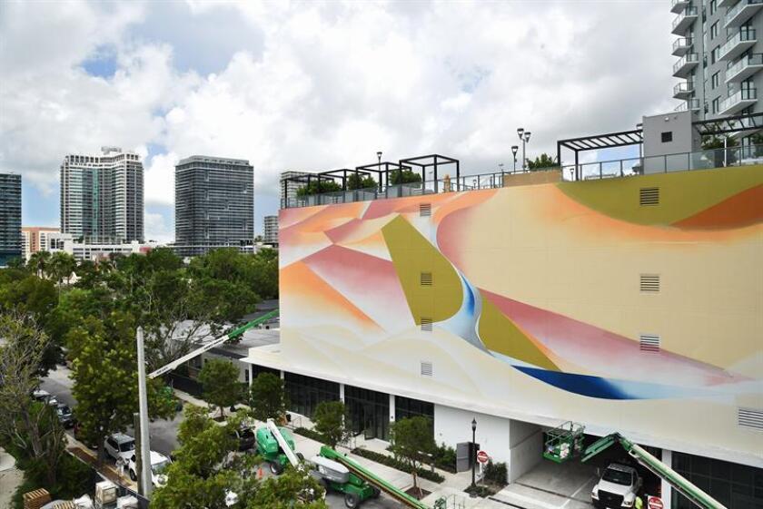 """Fotografía cedida por The Related Group, donde se aprecia el mural, todavía no concluido, inspirado en la obra de Messiaen (1908-1992), """"Oiseaux exotiques"""" (aves exóticas), que está realizando el artista mexicano Omar Barquet en una enorme pared del lujoso complejo inmobiliario Paraíso, que está a punto de inaugurarse en una zona ribereña de la Bahía Vizcaína en Miami (EE.UU.). EFE/The Related Group/SOLO USO EDITORIAL/NO VENTAS"""