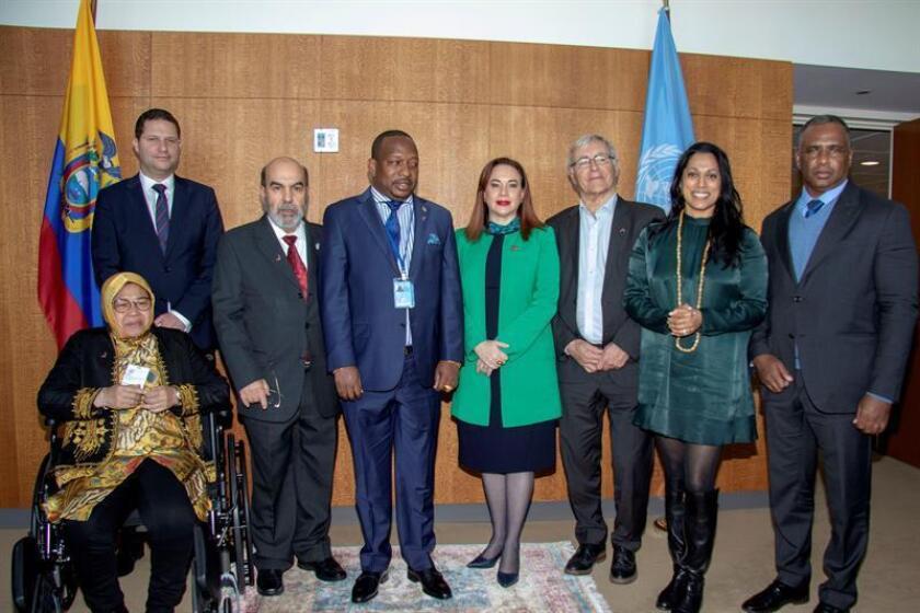 El alcalde de Valencia, Joan Ribó (3-d), posa con la presidenta de la Asamblea General de la ONU, María Fernanda Espinosa (c), con el alcalde de Quito, Mauricio Esteban Rodas (2-i), y con el director de la FAO, José Graziano da Silva (3-i), entre otros, este martes, en Nueva York (EE.UU.). Ribó se encuentra en una visita oficial a las Naciones Unidas para realizar diversas reuniones y presentar el Centro Mundial de Valencia para la Alimentación Urbana Sostenible. EFE