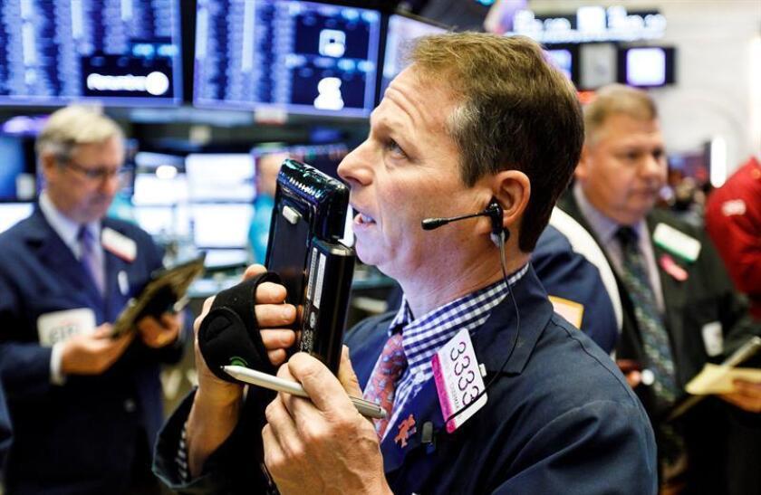 Agentes de Bolsa realizan su trabajo este viernes en el parqué de Nueva York, Estados Unidos. EFE/Archivo