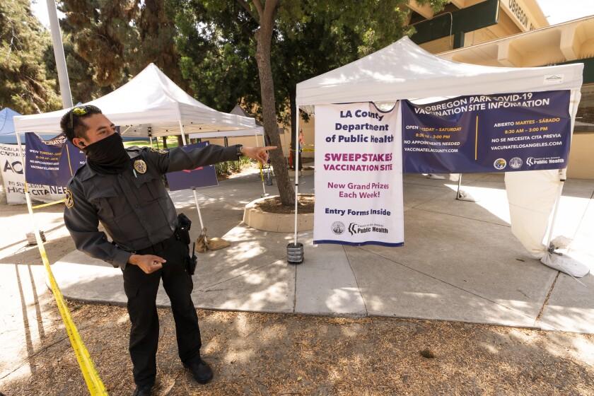 Un centro de vacunación contra el coronavirus en el Eugene A. Obregon Park de Los Ángeles