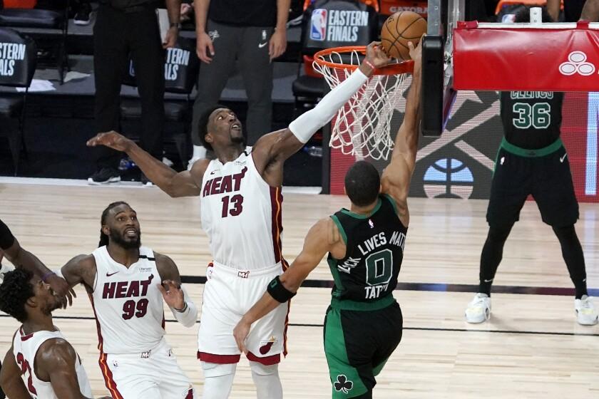 Bam Adebayo, del Heat de Miami, blquea un disparo de Jayson Tatum, de los Celtics de Boston,