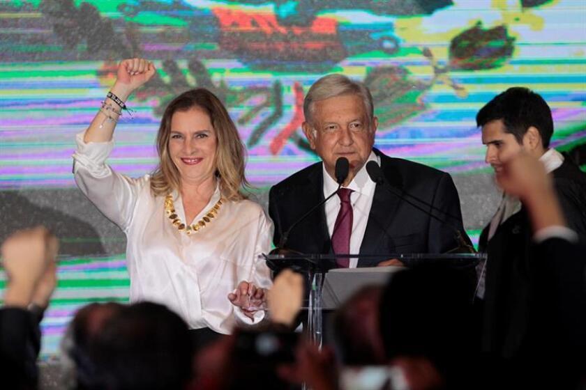 Fotografía de archivo fechada el 1 de julio de 2018 que muestra a Beatriz Gutiérrez Müller (i), esposa del próximo presidente de México, Andrés Manuel López Obrador (d), durante un acto, en Ciudad de México (México). EFE/Archivo