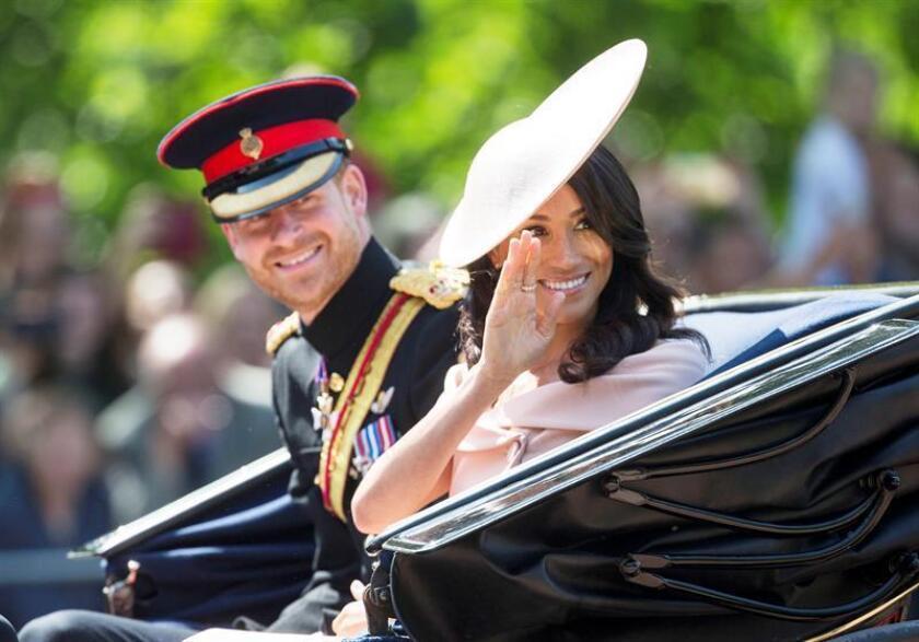 Los duques de Sussex, Enrique y Meghan, saludaban a los asistentes al desfile conmemorativo del 92 cumpleaños de la reina Isabel II, el pasado 9 de junio. EFE/Archivo