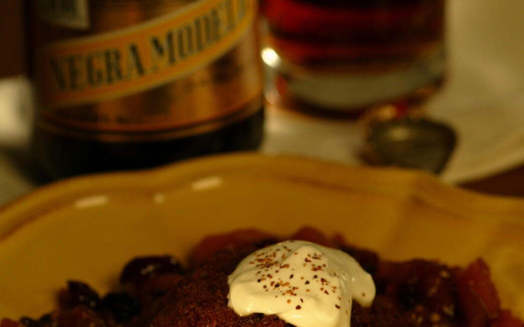 Ginger cakes with dried fruit and beer compote