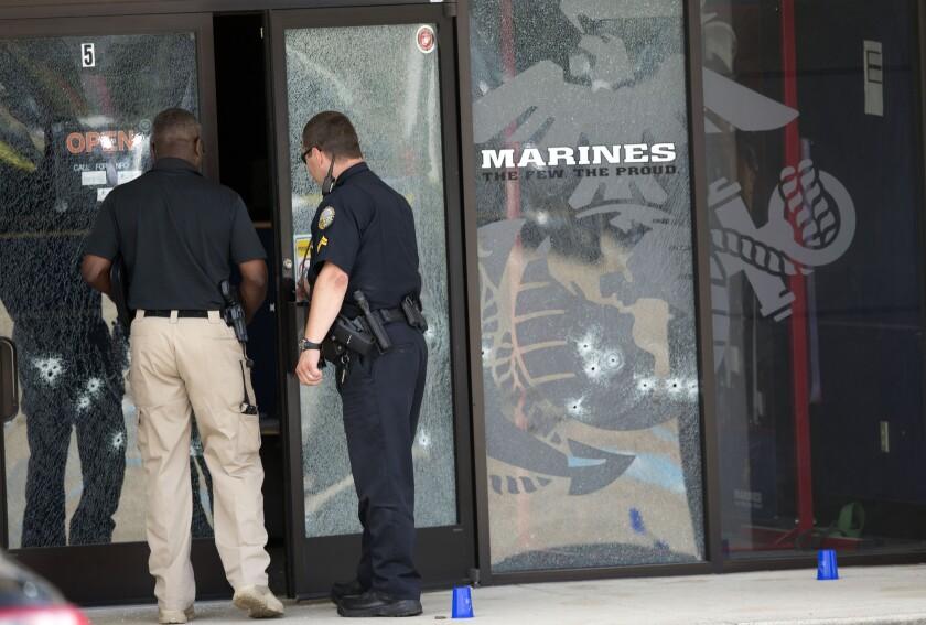 Imagen de un centro de empleo de las Fuerzas Armadas perforado por las balas el jueves 16 de julio de 2015 en Chattanooga, Tennessee. (Foto AP/John Bazemore)
