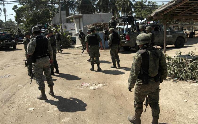 El pleno de la Comisión Ejecutiva de Atención a Víctimas (CEAV) de México acordó hoy otorgar medidas de reparación a los familiares de cuatro militares que fallecieron en hechos vinculados con el combate a la delincuencia organizada en los estados de Sinaloa y Tamaulipas. EFE/Archivo