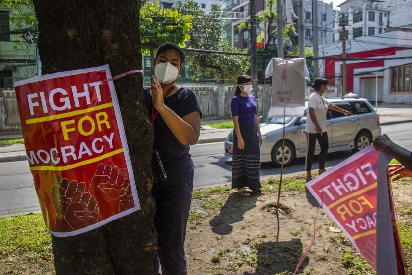 Manifestantes pro-democracia colocan carteles contra el golpe de estado a lo largo de una calle en Yangón, Myanmar, ek miércoles, 21 de abril del 2021. de Estados Unidos incrementó el miércoles sus presiones sobre el gobierno militar de Myanmar, imponiendo sanciones contra dos empresas estatales responsables por la generación de una porción significante de las divisas extranjeras. (AP Foto)