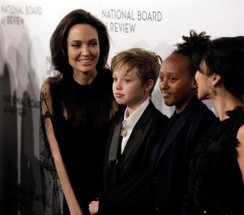 La actriz estadounidense Angelina Jolie (i) llega con sus hijas Shiloh Jolie-Pitt (c) y Zahara Jolie-Pitt (d) a la ceremonia de premiación del National Board of Review of Motion Pictures en Nueva York, Nueva York (EE.UU.). EFE/Archivo