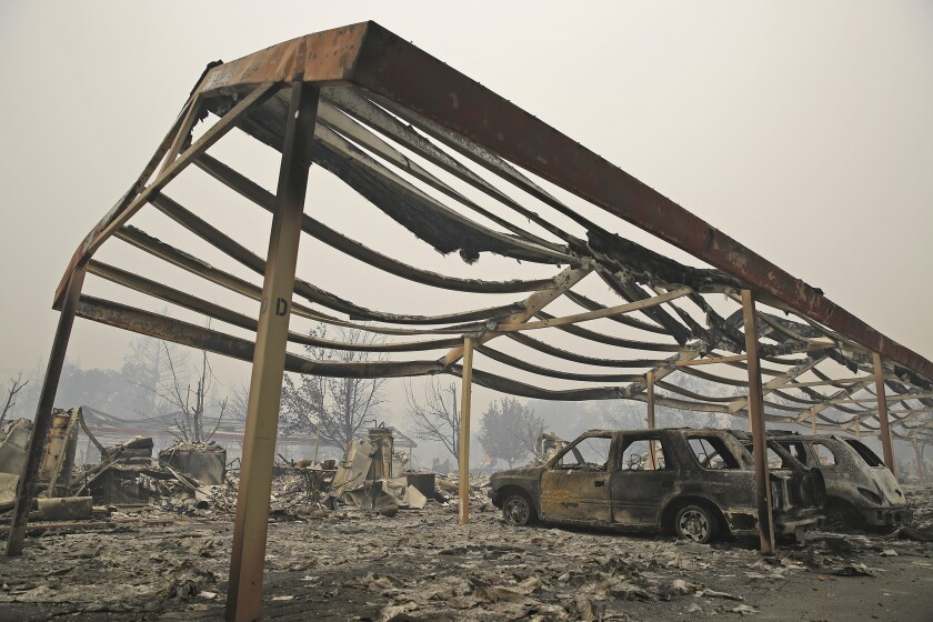 Esta fotografía de archivo muestra una estructura y algunos vehículos calcinados en Middletown, California. El cableado defectuoso en un jacuzzi fue el responsable de provocar uno de los incendios forestales más devastadores en la historia de California. (AP Foto/Eric Risberg, Archivo)