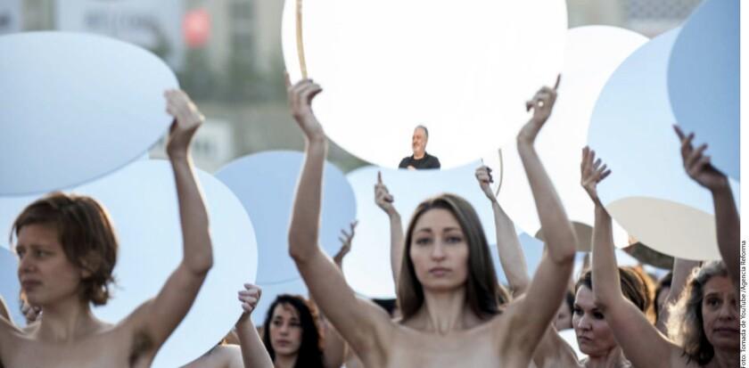 Varias mujeres se quitaron la ropa en Cleveland un día antes de la Convención Republicana y posaron para el fotógrafo Spencer Tunick con un sólo motivo: protestar contra Donald Trump.