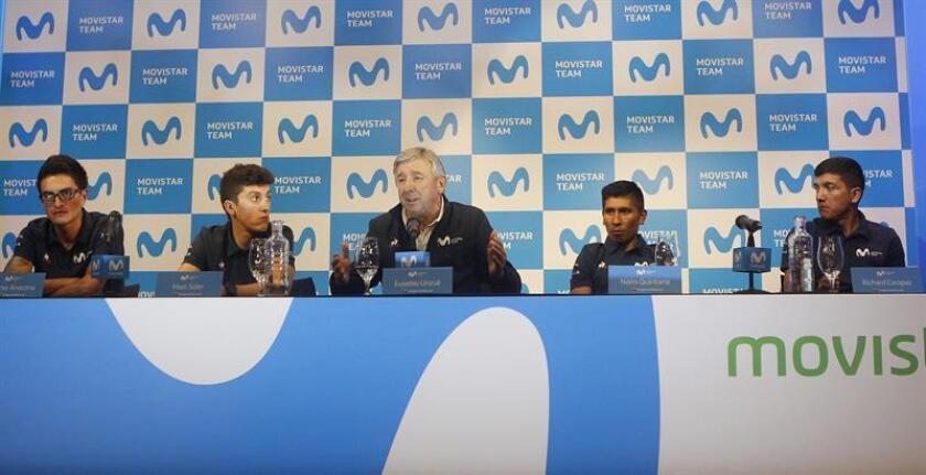 El entrenador del equipo Movistar, Eusebio Unzué (c), habla durante una rueda de prensa junto a los ciclistas colombianos Winner Anacona (i) y Nairo Quintana (2-d), el español Marc Soler (2-i) y el ecuatoriano Richard Carapaz (d) este lunes, en Rionegro (Colombia). El equipo Movistar competirá en el Tour Colombia 2.1 del 12 al 17 de febrero. EFE