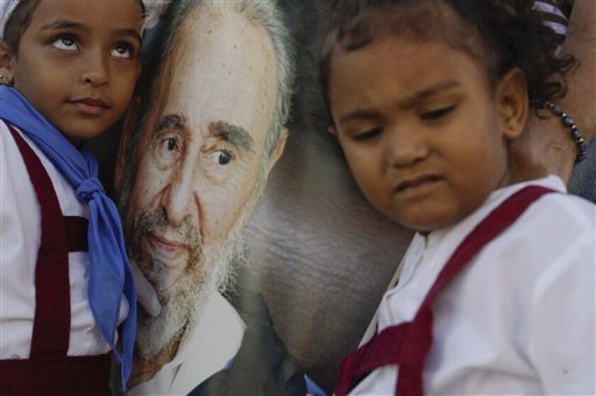 Las cenizas de Fidel Castro partieron hoy desde la emblemática Plaza de la Revolución de la capital cubana para el viaje de tres días en caravana por toda la isla, un cortejo fúnebre que terminará en Santiago de Cuba, el próximo domingo.