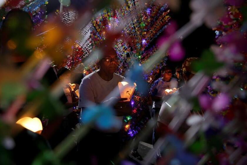 """Conmemoran los 28 años de la matanza de seis jesuitas con la """"Procesión de los farolitos"""""""