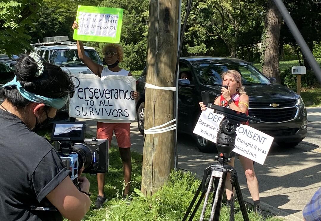 معترضین در مقابل خانه بیل کوزبی در تاریخ 30 ژوئن 2021 در چلتنهام ، پنسیلوانیا.  بیل کازبی از زندان آزاد شد