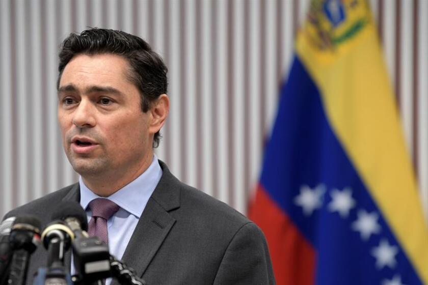 El encargado de Negocios de Venezuela, Carlos Vecchio, habla durante una rueda de prensa celebrada en el centro Diálogo Interamericano en Washington. EFE/Archivo
