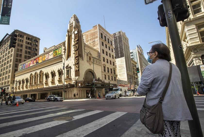 یکی به تئاتر برج اپل در مرکز شهر لس آنجلس نگاه می کند.  فروشگاه روز پنجشنبه افتتاح می شود.