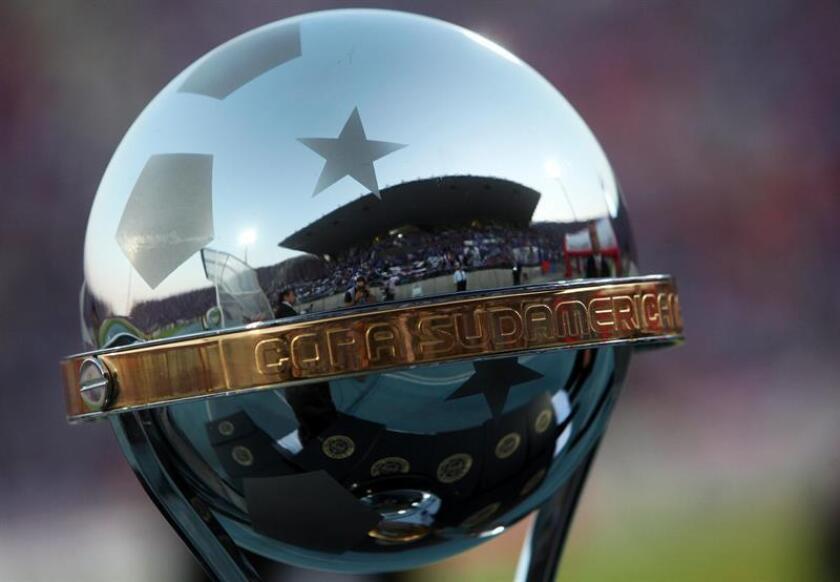 En la imagen un primer plano del trofeo de la Copa Sudamericana. EFE/Archivo