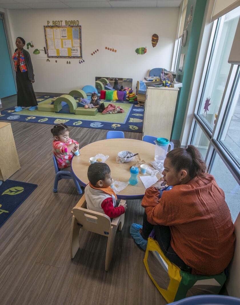 .Mientras estén suspendidas las clases en las escuelas, los niños no deben juntarse en persona con niños de otras familias.