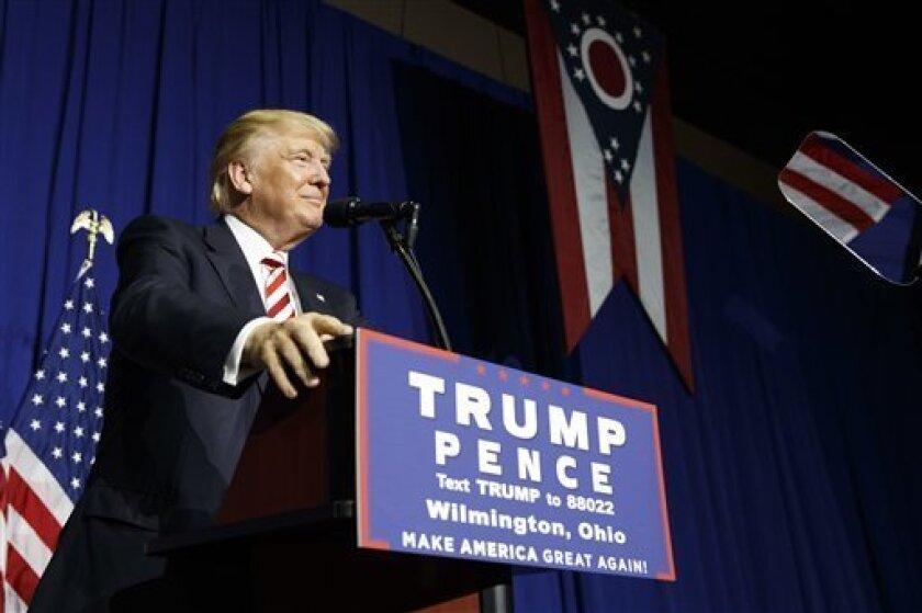 Algunos líderes hispanos que han estado asesorando a Donald Trump dicen que se sienten traicionados después de escuchar su largamente esperado discurso sobre inmigración, que descarta definitivamente un camino hacia el establecimiento de estatus legal para gente que vive en el país sin permiso del gobierno.