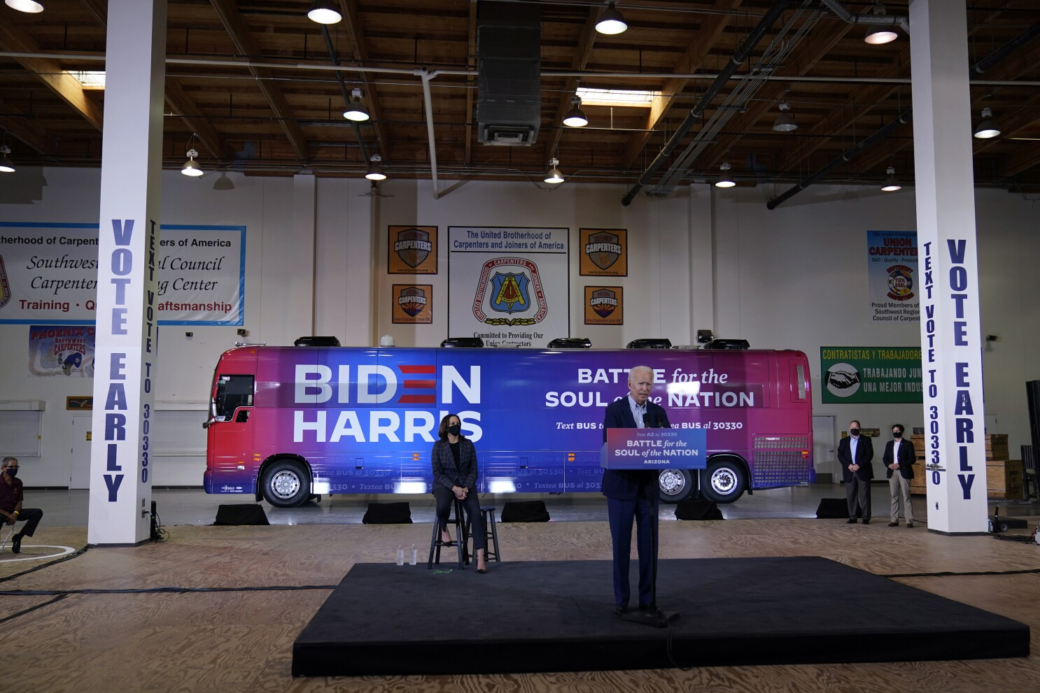Biden campaigns with Harris in Arizona, sidesteps court-packing question -  Los Angeles Times